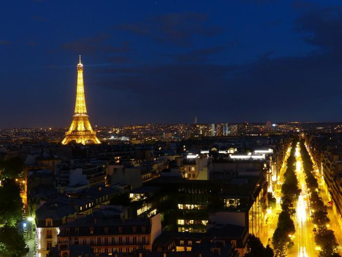 tour-еiffel-illuminée-vue-sur-Paris-pendant-la-nuit