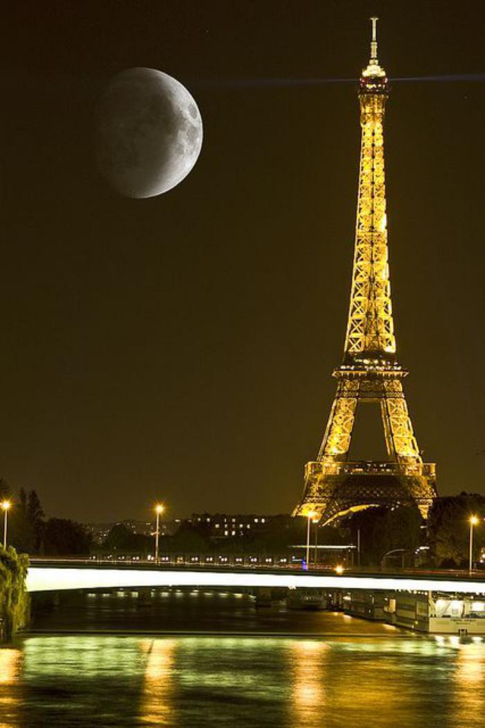 tour-eiffel-illuminée-vue-de-la-tour-eiffel-pendant-la-nuit