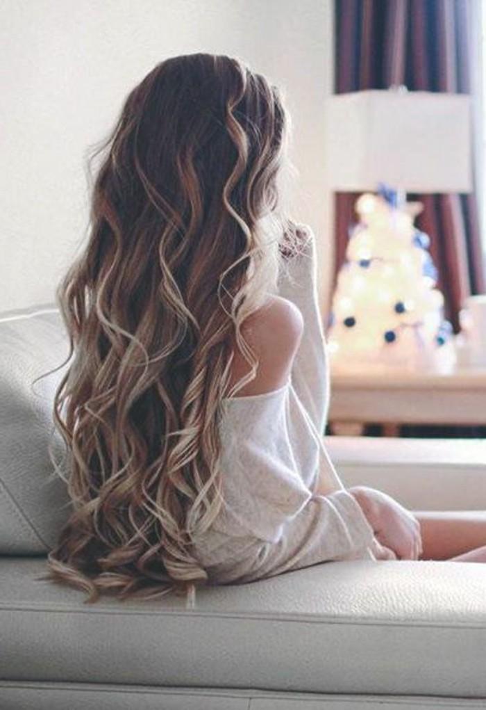 une-femme-très-coiffure-cheveux-blonds-ondulés-tendance