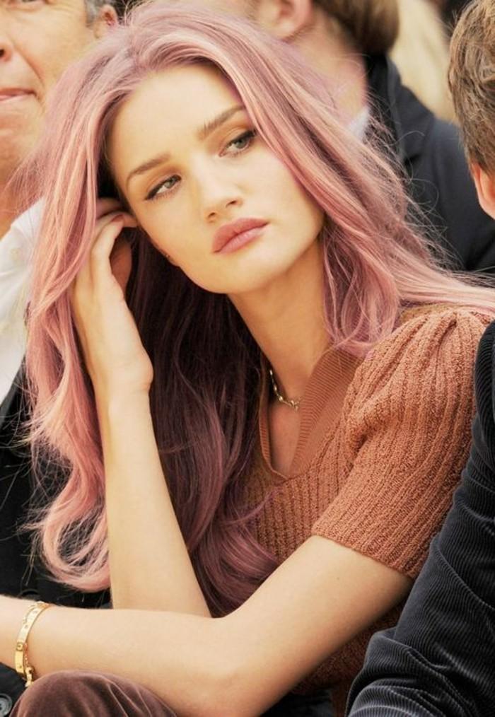une-idée-pour-coiffure-Rosie-Huntington-cheveux-roses