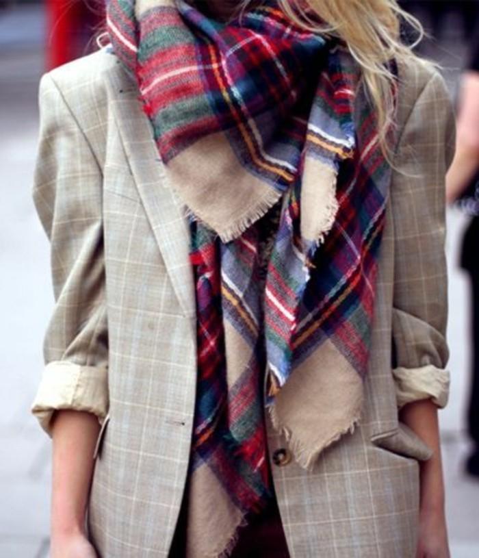 veste-beige-femme-avec-echarpe-accessoire-roge-coloré-femme-mode--tendances