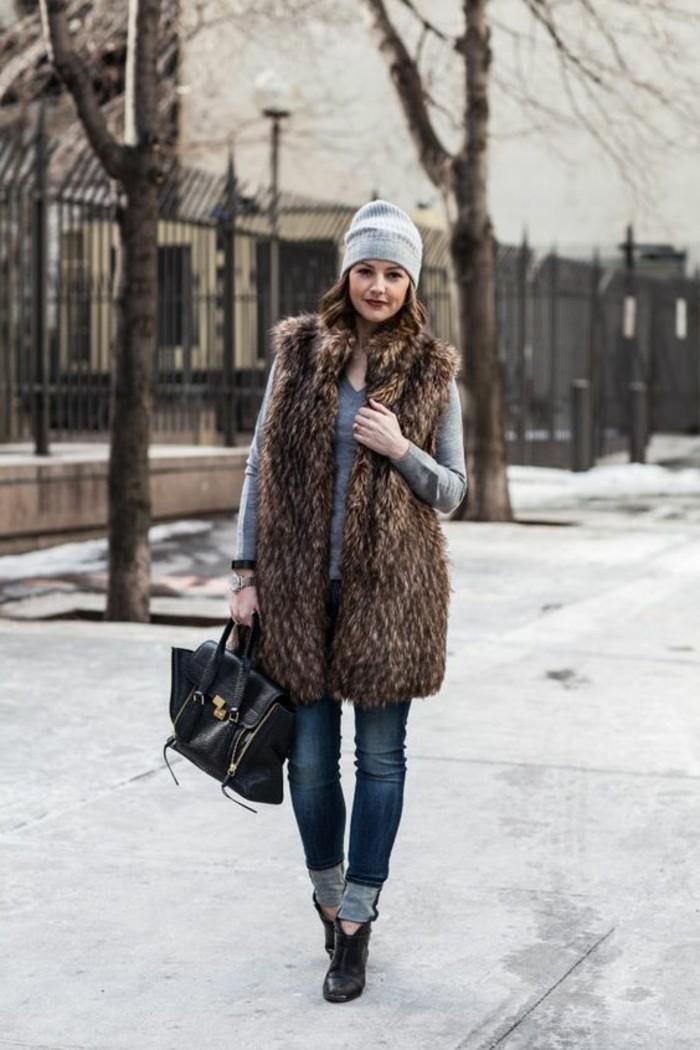 veste-fourrure-denim-bleu-foncé-talons-hauts-noirs-blouse-grise