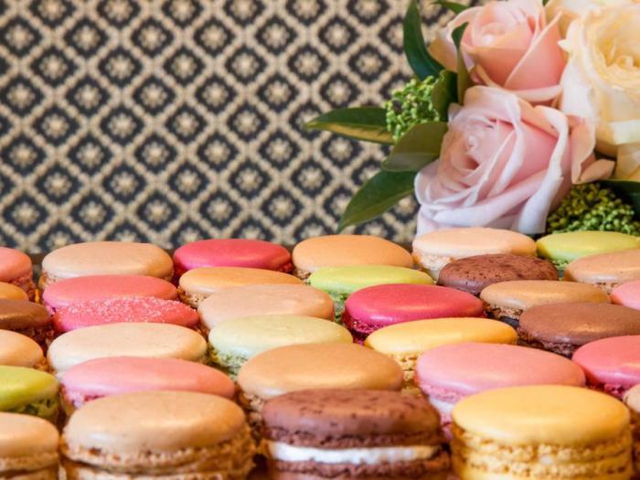 boutique-ladurée-macarons-de-couleurs-diverses