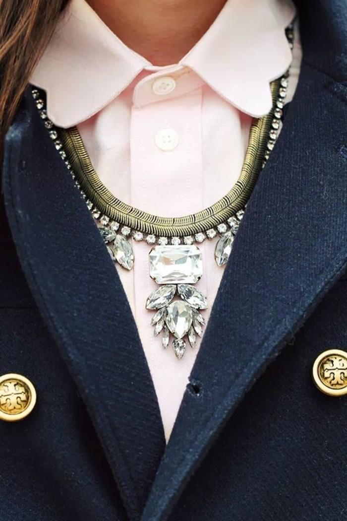 0-chemise-rose-pâle-collier-gros-femme-veste-en-noir-chemise-rose-femme