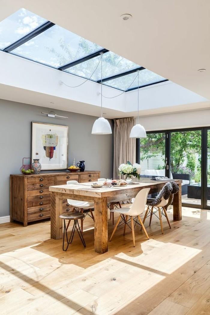 0-cuisine-avec-verrière-sol-en-bois-clair-table-de-cuisine-en-bois-massif-meubles-massifs-bois-clair