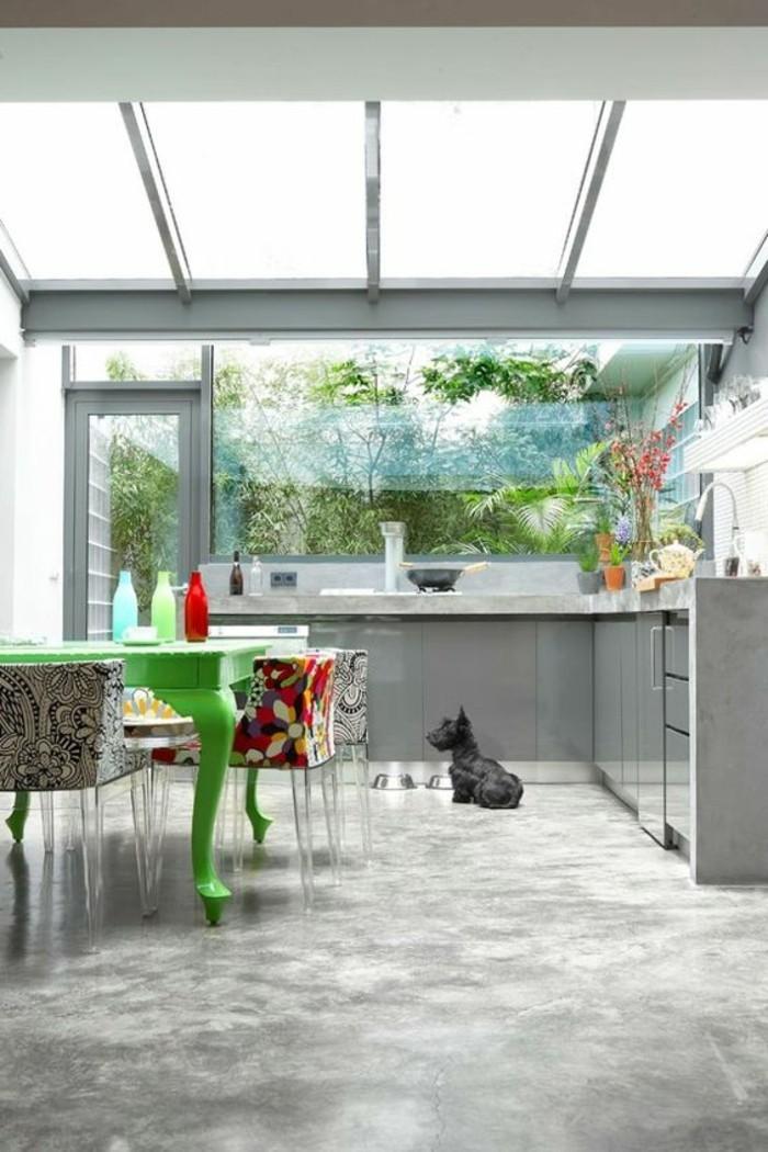 0-cuisine-moderne-verriere-interieure-pas-cher-sol-gris-meubles-de-cuisine-gris-table-en-bois-vert