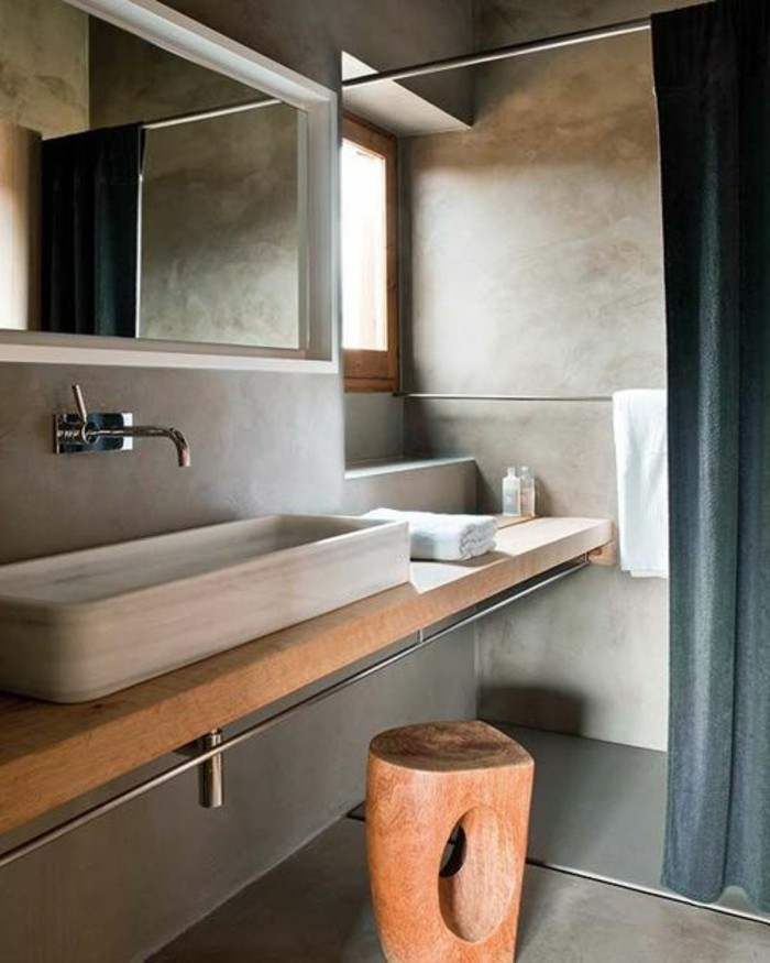 0-model-salle-de-bain-taupe-et-bois-murs-en-béton-ciré-miroir-mural