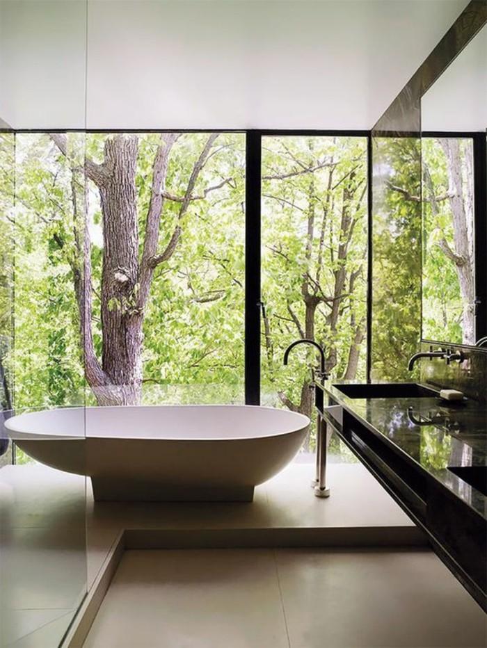 0-modele-de-salle-de-bain-à-l-italienne-grande-baignnoire-blanche-pres-de-la-fenêtre