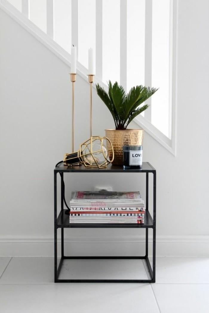 0-petite-table-d-appoint-en-fer-noir-dans-le-couloir-escalier-d-interieur-en-bois-blanc