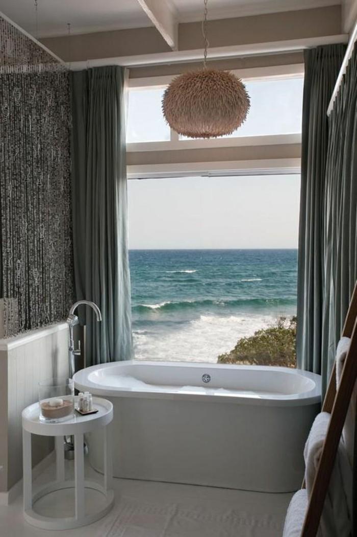 0-salle-de-bain-contemporaine-avec-grande-fenetre-avec-vue-vers-la-mer