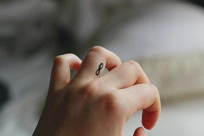 0-tatouages-discrets-femme-tatouage-minimaliste-femme-idee-pour-placement-tatouage