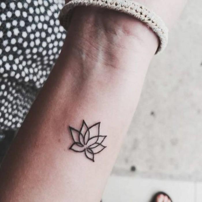 tatouages-discrets-femme-tatouage-minimaliste-poignard-femme-idee ...