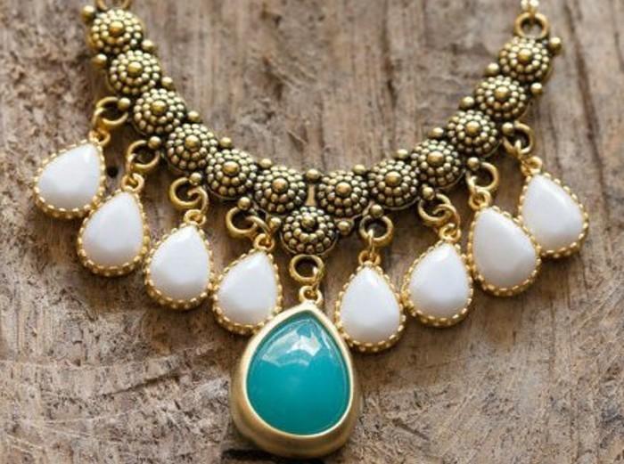 Comment porter avec style le gros collier - Gros cailloux blanc ...
