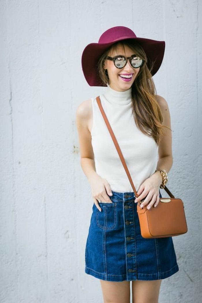 1-chapeau-violette-femme-top-beige-sac-bandoulière-femme-en-cuir-marron