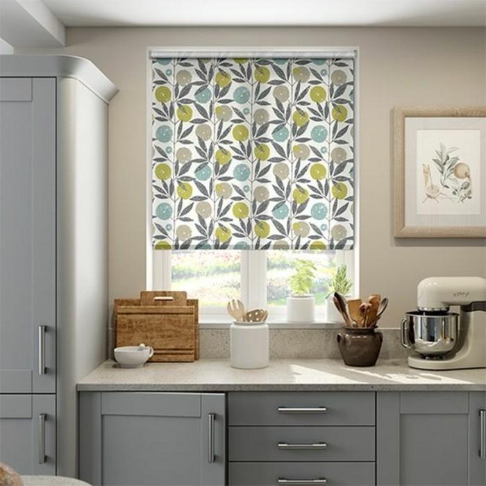 1-cuisine-avec-store-enrouleur-velux-dessin-coloré-meubles-gris-de-cuisine