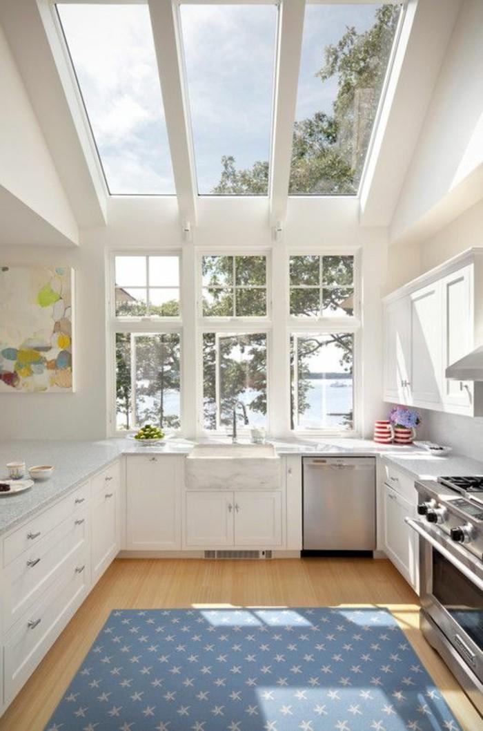 1-cuisine-avec-verrière-cuisine-blanche-meubles-de-cuisine-en-bois-blanc-plafond-en-verre