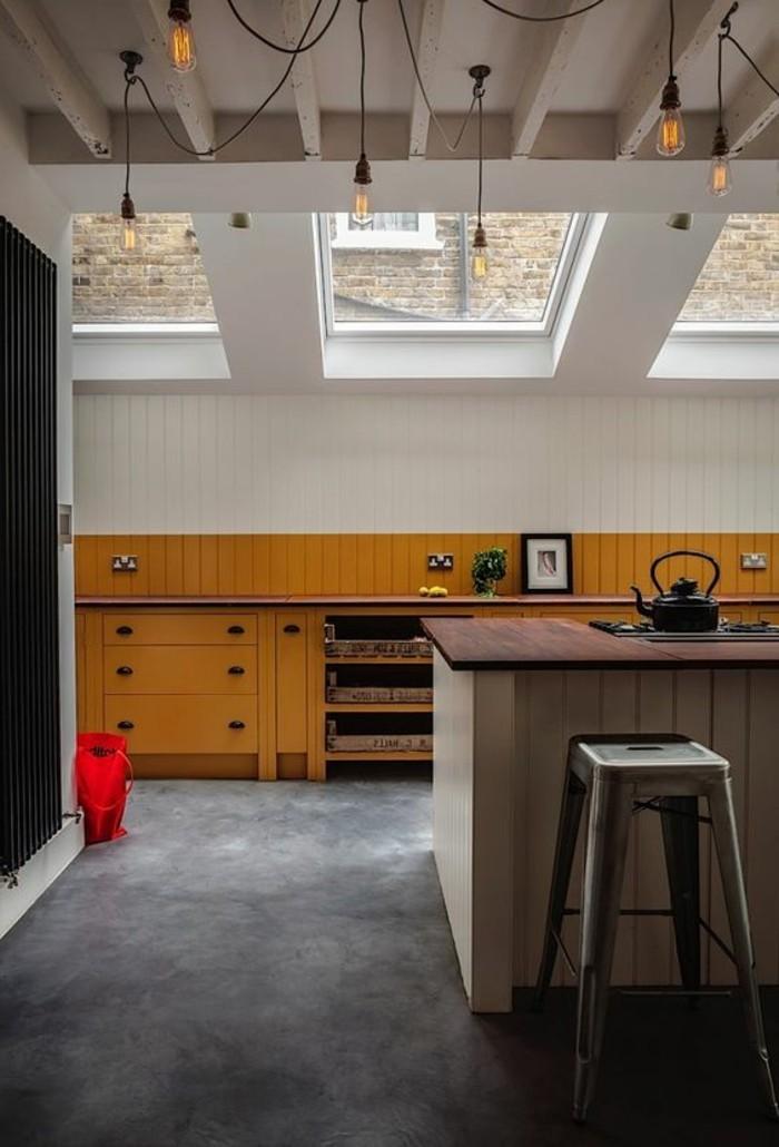 1-cuisine-avec-verriere-pas-cher-sur-le-toit-meubles-de-cuisine-beiges-sol-en-lino-gris