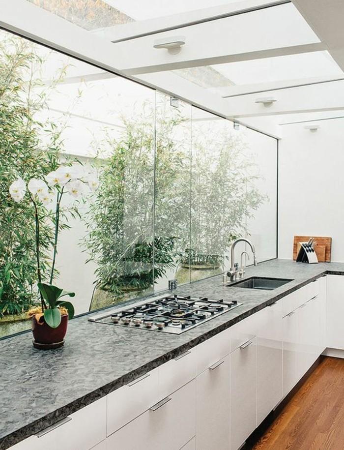 1-cuisine-blanche-avec-meubles-en-bois-verriere-d-interieur-meubles-dans-la-cuisine