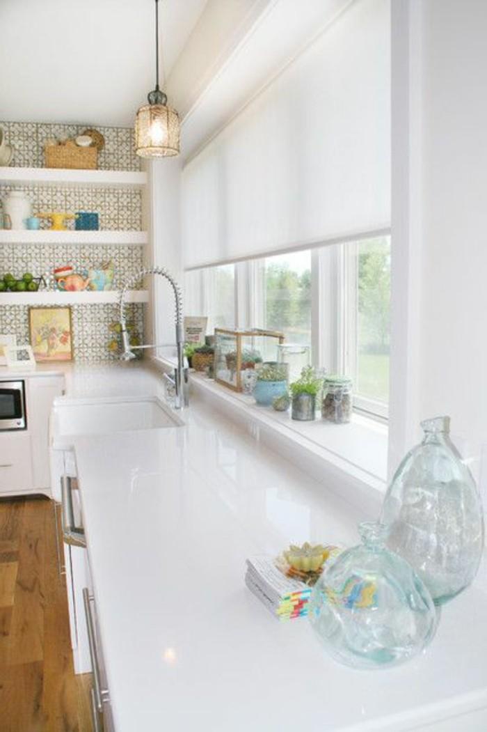 1-cuisine-blanche-stores-occultants-blancs-meubles-de-cuisine-blancs-sol-en-parquet