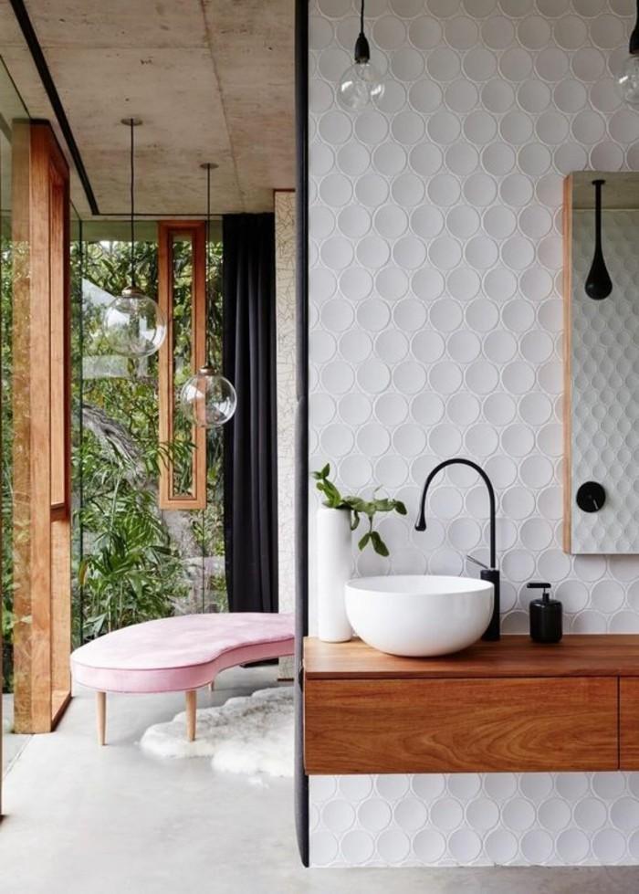 1-idees-salle-de-bain-zen-mur-en-revetement-blanc-mosaique-canapé-rose
