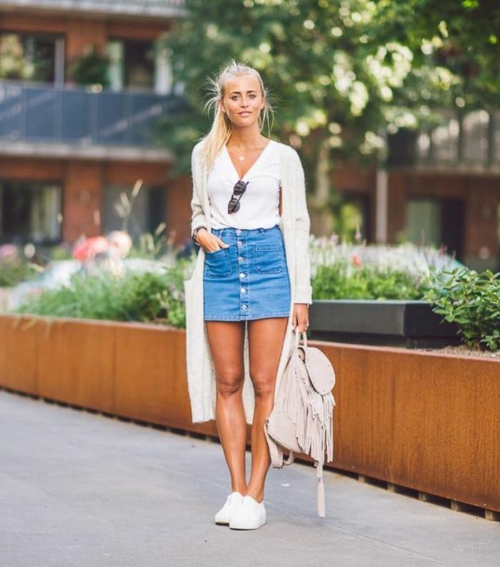 1-jupe-en-bleu-clair-top-blanc-gilet-longue-blanc-femme-tendances-de-la-mode