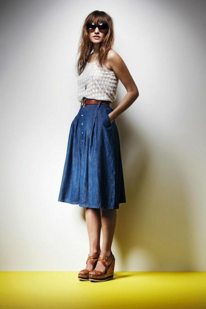 1-jupe-mi-longue-en-denim-jupe-longue-h&m-sandales-compensées-femme-top-blanc