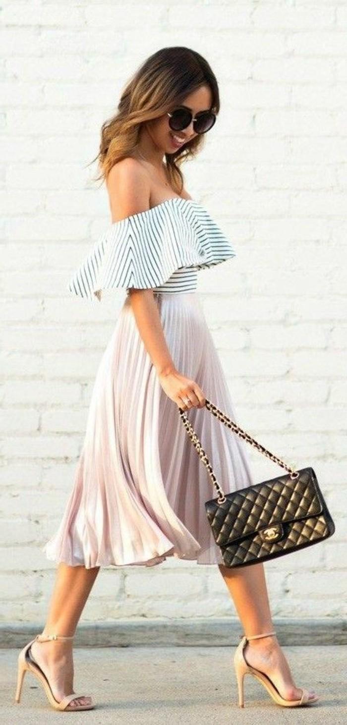 1-robe-de-soirée-jupe-plissée-top-à-rayures-sac-chanel-talons-hauts-beiges