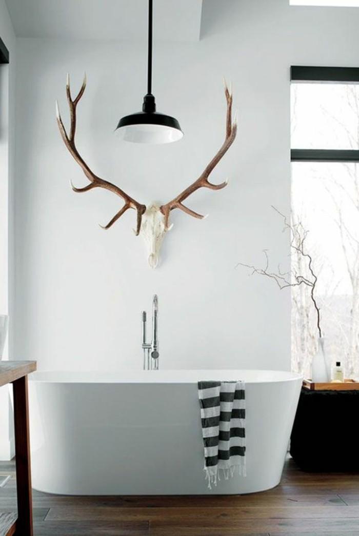 1-salle-de-bain-contemporaine-sol-en-parquet-baignoire-blanche-murs-blancs