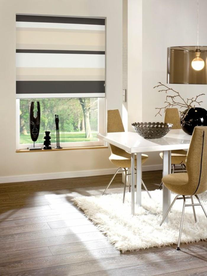 1-salle-de-sejour-store-occultant-velux-beige-gris-tapis-blanc-sol-en-parquet-table-salle-de-sejour