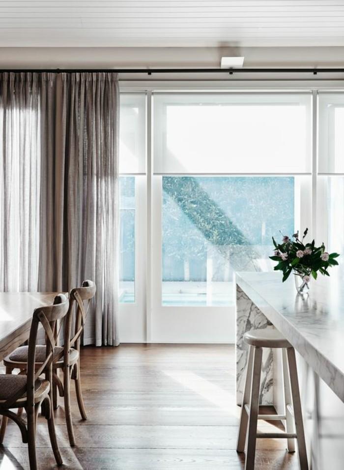 1-store-enrouleur-velux-blanc-pour-la-salle-de-sejour-modernre-sol-en-parquet-clair
