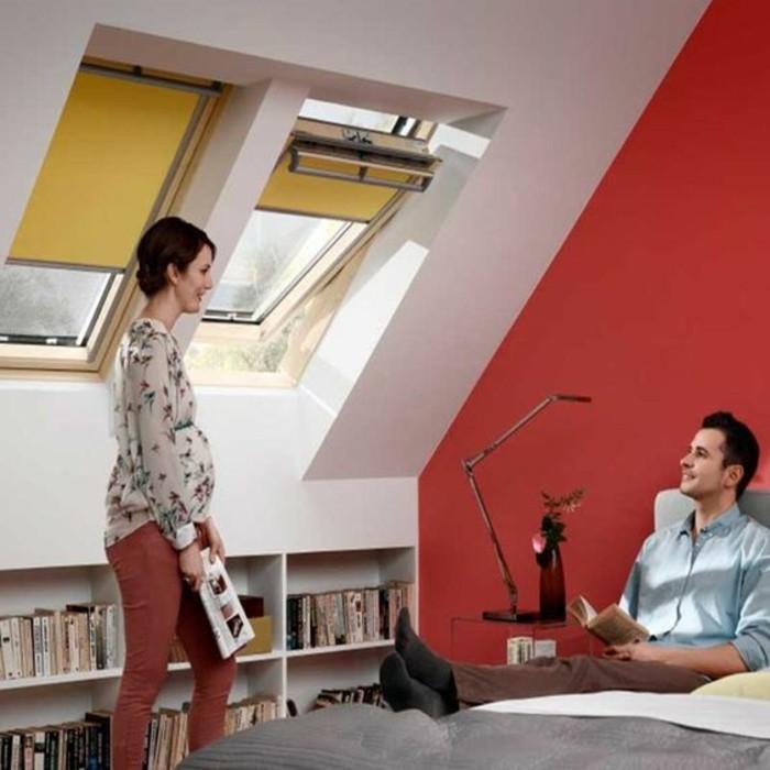 1-store-occultant-velux-de-couleur-jaune-mur-blanc-et--rouge-idee-interieur-pour-chambre-a-coucher