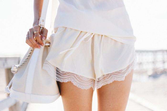 admirable-idée-tenue-chic-avec-short-fluide-femme-blanc-plage