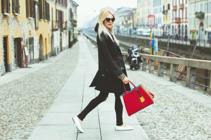 admirable-tenue-automne-hiver-chaussure-blanches-idée-tenue-impermeable-moir
