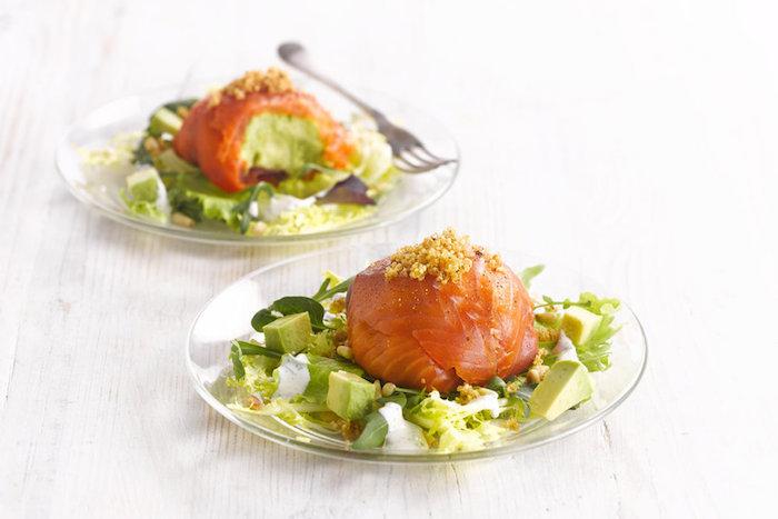 boules d avocat enveloppée de saumon sur un canapé de salade d avocat et salades vertes fraiches, entrées faciles et rapides