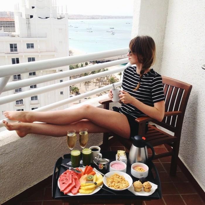 belle-à-la-terrasse-idée-pour-votre-tenue-short-fluide-noir-petit-déjeuner