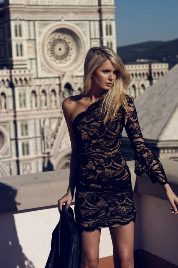 belle-femme-tenue-moderne-et-sexy-robe-en-dentelle-noire