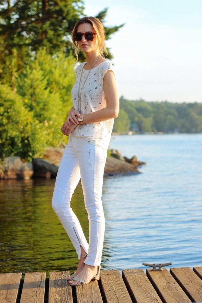 belle-idée-jeans-blanc-femme-idée-tenue-au-bord-d-un-lac