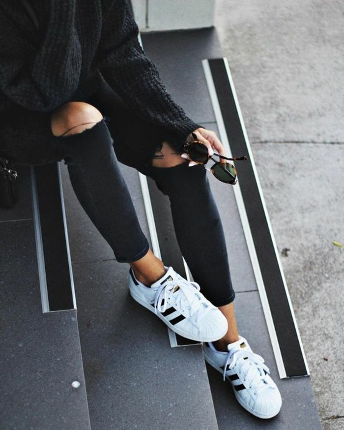 belles-idées-chaussure-blanches-idée-tenue-total-noire