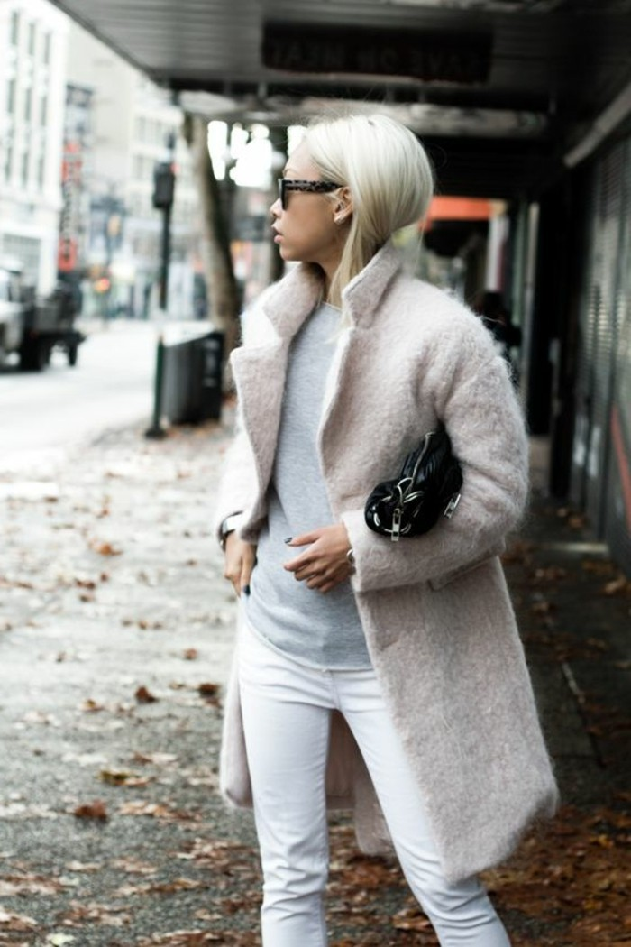 bien-s-habiller-femme-jeans-blanc-femme-manteau-long-rose-pourdré-cheveux-blonds