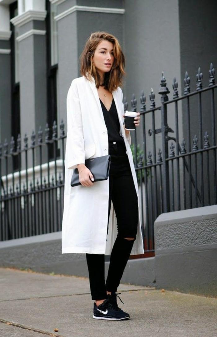 bien-s-habiller-femme-jeans-slim-noir-femme-déchiré-manteau-long-beige