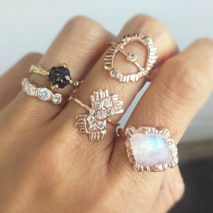 bijoux-tendance-avec-plusieurs-bagues-fines-sur-un-doigt-resized