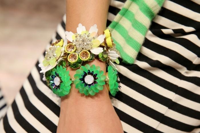 bijoux-tendance-bracelet-avec-des-fleurs-vertes-resized