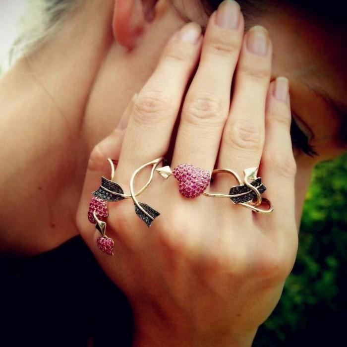 bijoux-tendance-fnes-aux-zirconiums-couleurs-et-formes-de-coeurs-resized