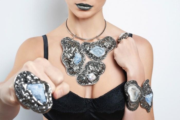 bijoux-tendance-formes-extravagantes-et-pierres-grises-foncees-resized