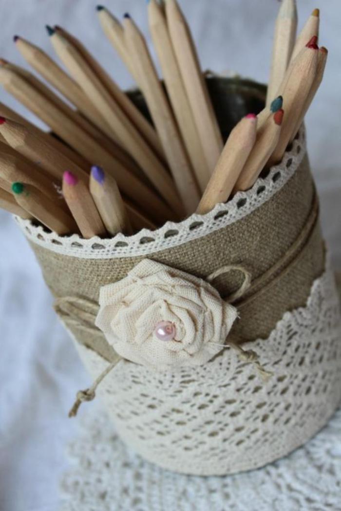 boîte-de-conserve-habillée-en-jute-et-dentelle-blanche