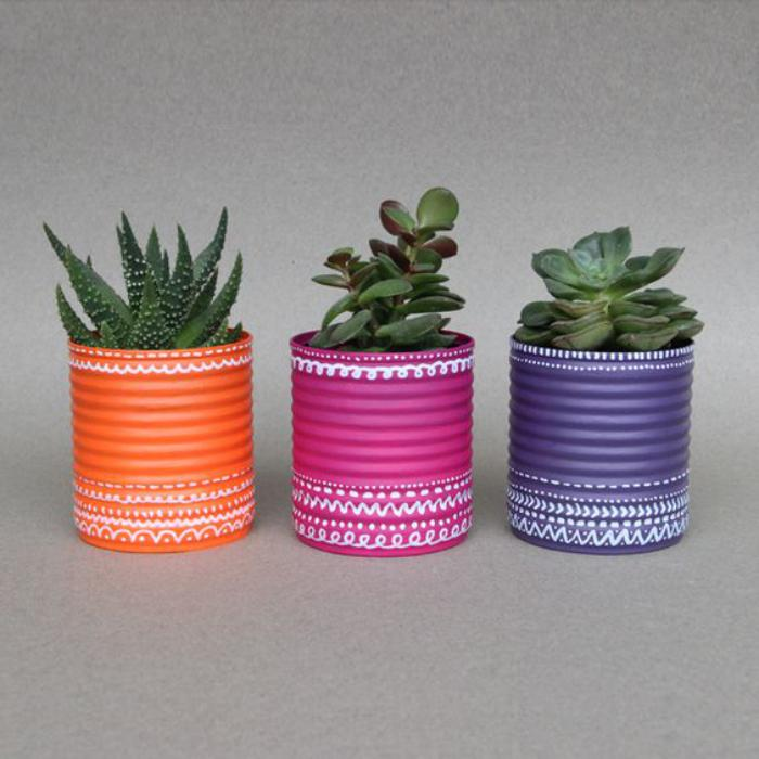 boîte-de-conserve-pots-de-fleurs-colorés-en-boites-de-conserve
