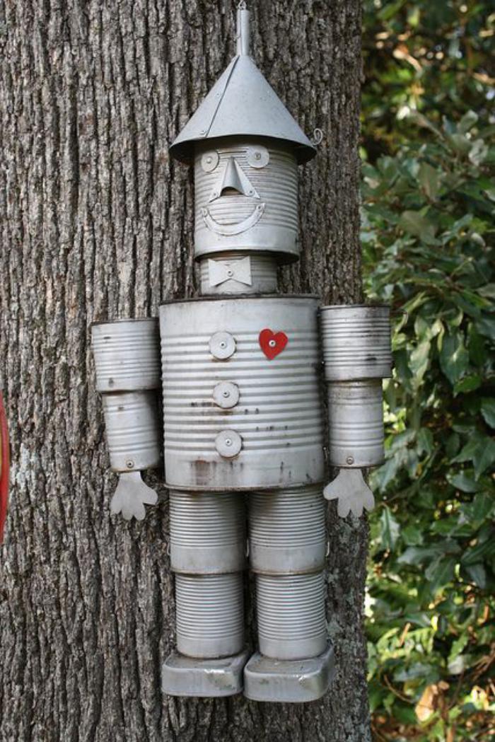 boîte-de-conserve-un-robot-suspendu-en-boites-conserve