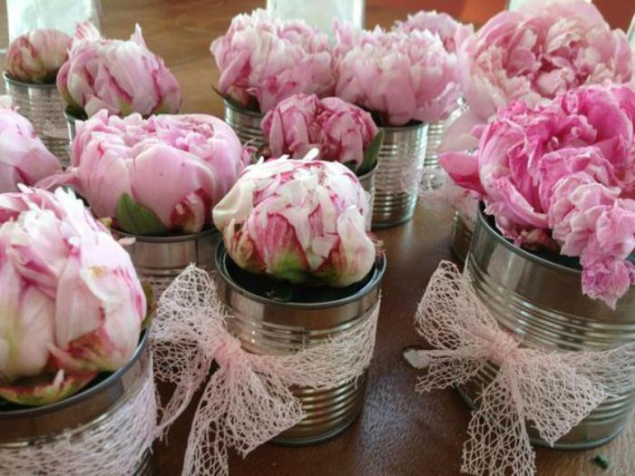 boîte-de-conserve-vases-rubans-originaux-et-pivoines-roses