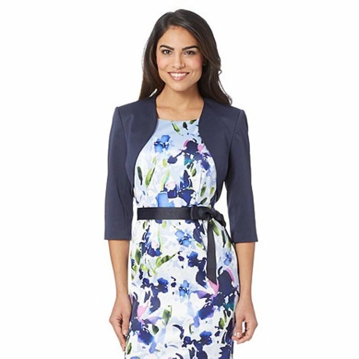bolero-femme-bleu-avec-une-robe-fleurie-resized