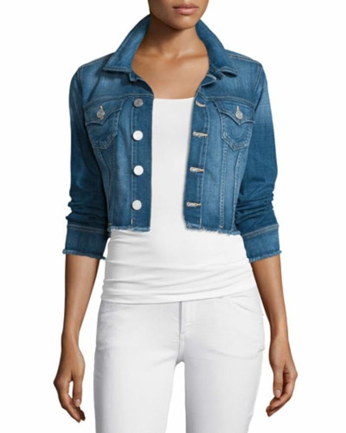 bolero-femme-bleu-denim-avec-des-pantalons-blancs-resized